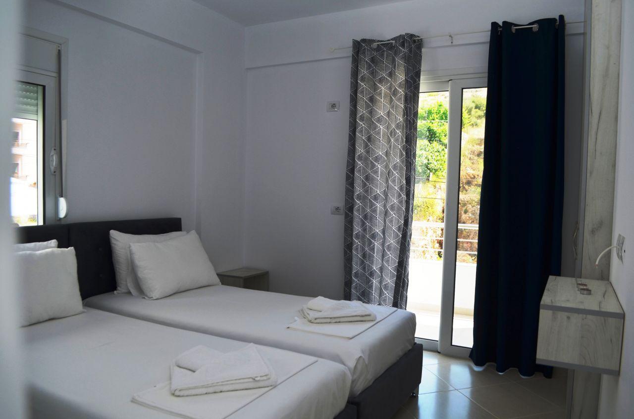 Апартамент для отдыха в аренду в Саранде, в двухкомнатной квартире с видом на море.