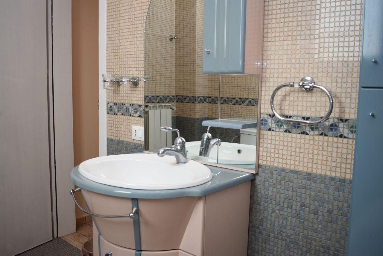 A két hálószobás lakás kiadó közel Kavaja utca Tiranában, Albánia fővárosában.