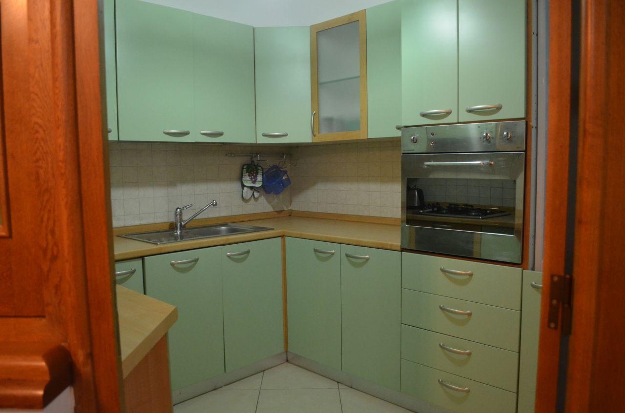 Umeblowane mieszkanie z dwoma pokojami do wynajęcia w centrum Tirany.