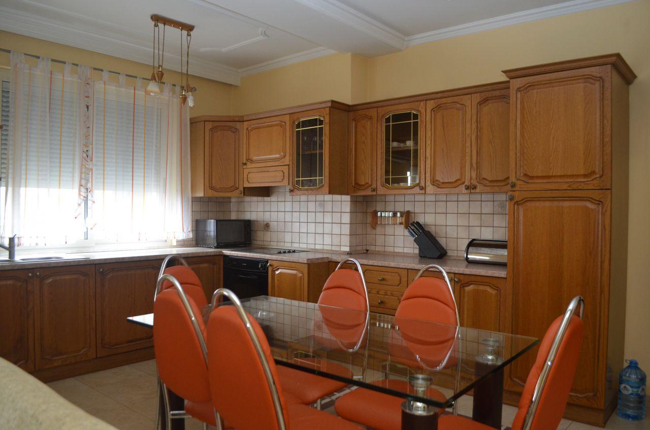 Apartament me Qira ne Zonen e Bllokut, ne Tirane. Apartament me tre dhoma