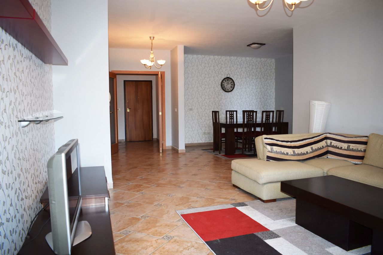 Appartamento comodo con due camere in affitto a Tirana.
