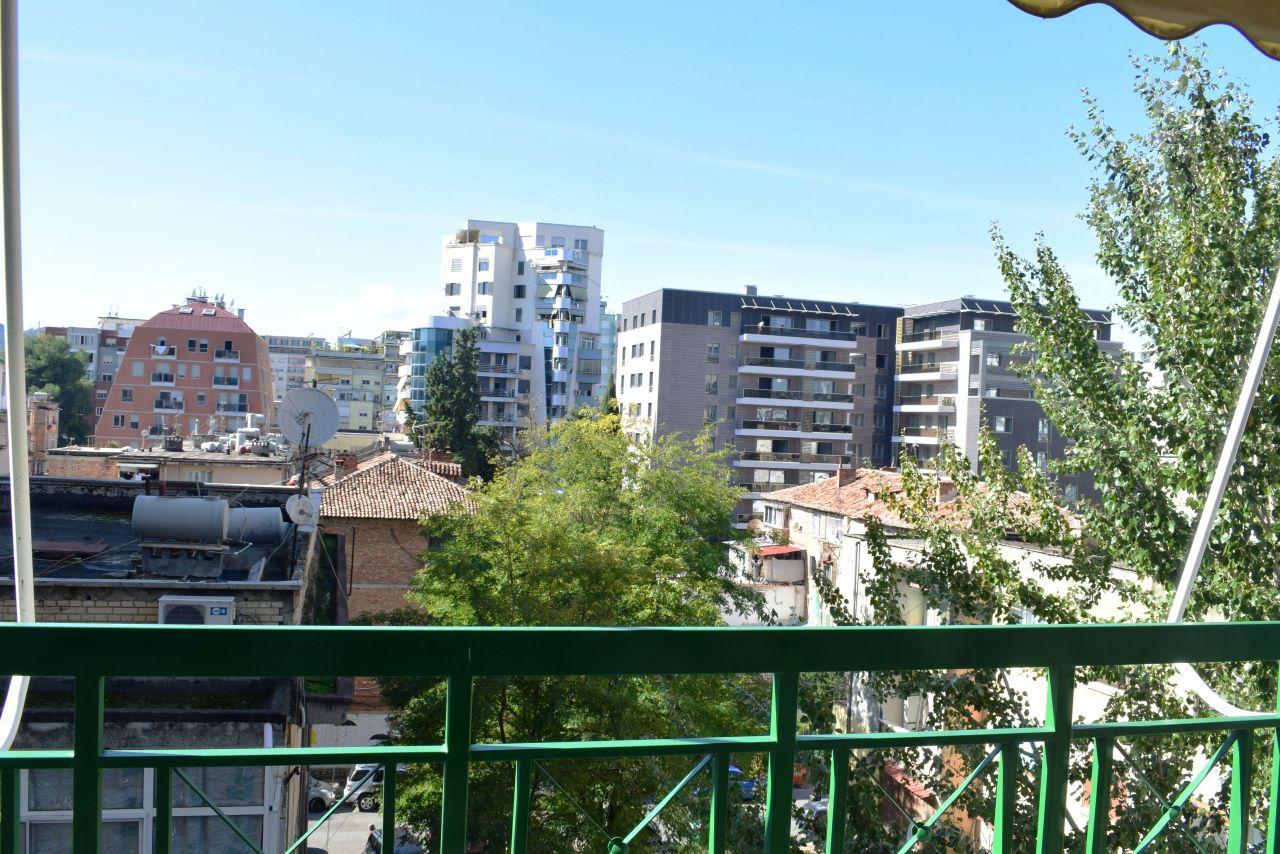 Appartamento con due camere da letto a Tirana in affitto. Situato in una zona molto appropriato a Tirana.