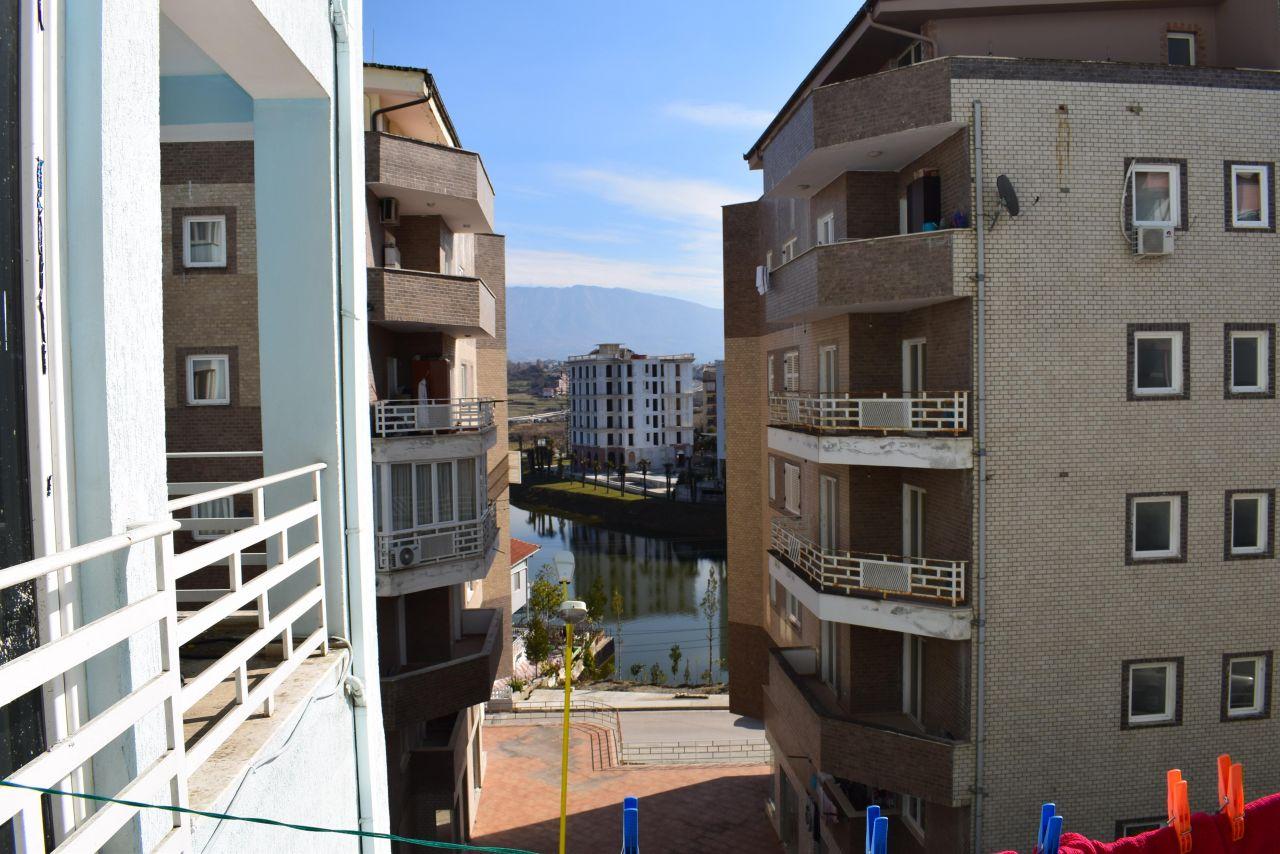 Apartament z dwoma sypialniami na sprzedaż w Tiranie, w pobliżu jeziora.
