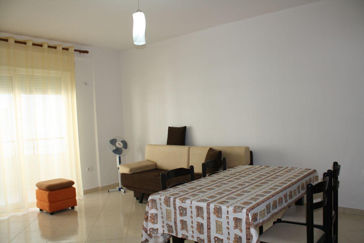 Teljesen bútorozott vakáció lakás Vlora városa található, az első sorban.